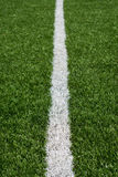 与白色的绿色足球场草皮绘了线 免版税库存照片