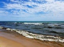 与白色盖帽的小波浪在湖 库存照片