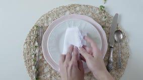 与白色盘的表设置在白色背景 妇女美妙地折叠在板材的餐巾 典雅的桌 影视素材
