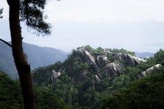 与白色石头的山在日本 库存图片