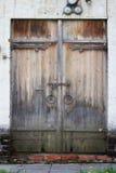 与白色砖墙的老年迈的木门在Novodevichy Conven 库存照片