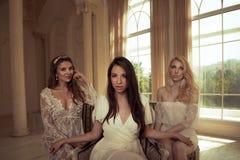 与白色礼服的美丽的女性画象 免版税库存图片