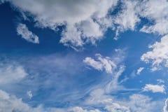 与白色积云的蓝色夏天天空 蓝色夏天天空白色积云背景 免版税库存照片