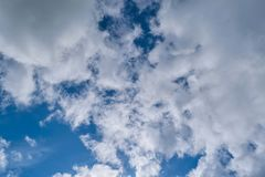 与白色积云的蓝色夏天天空 蓝色夏天天空白色积云背景 免版税图库摄影