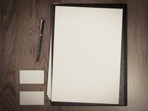 与白色空白纸的黑文件 免版税库存图片