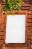 与白色窗口的红色老砖框架 库存图片