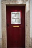 与白色窗口的红色门 免版税库存照片