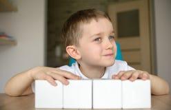 与白色立方体的儿童游戏 库存图片