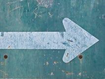 与白色箭头的老绿色路标 免版税图库摄影