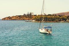 与白色航行游艇的美好的海景在蓝色海 降低了风帆,安静 停滞的概念,没有目的, dropp 库存图片