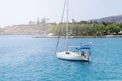 与白色航行游艇的美好的海景在蓝色海 降低了风帆,安静 停滞的概念,没有目的, dropp 免版税库存照片