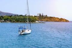 与白色航行游艇的美好的海景在蓝色海 降低了风帆,安静 停滞的概念,没有目的, dropp 免版税库存图片