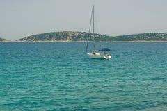 与白色航行游艇的美好的海景在蓝色海 降低了风帆,安静 停滞的概念,没有目的, dropp 图库摄影