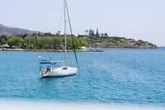 与白色航行游艇的美好的海景在蓝色海 降低了风帆,安静 停滞的概念,没有目的, dropp 库存照片