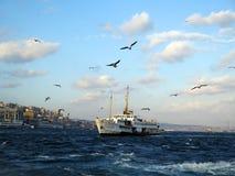 与白色船的Istambul Bosfor视图 库存图片