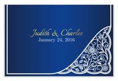 与白色花卉鞋带的蓝色婚礼公告 免版税图库摄影