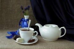 与白色茶具和春天的静物画开花 库存图片