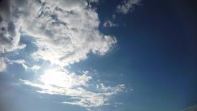 与白色蓬松云彩和光美好的戏剧的时间间隔蓝色夏天天空  影视素材