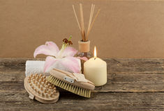 与白色蜡烛和按摩刷子的美好的构成在木背景 免版税图库摄影