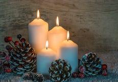 与白色蜡烛的欢乐圣诞节背景 库存图片