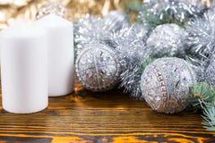 与白色蜡烛的银色主题的圣诞节 免版税库存图片