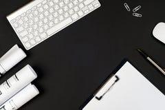 与白色计算机,供应的办公室黑书桌桌 免版税库存图片