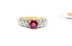 与白色金刚石和金戒指的桃红色金刚石 库存照片