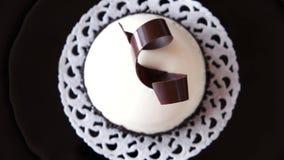 与白色镜子釉涂层的奶油甜点点心 股票录像
