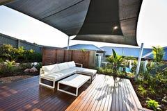 与白色长凳和木地板的室外露台区域 免版税图库摄影