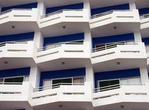 与白色阳台的现代公寓和与ang的蓝色细节 免版税库存照片