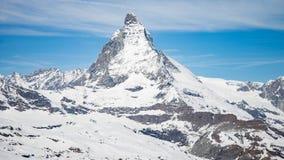 与白色雪的马塔角山和蓝天在策马特市在瑞士 库存图片