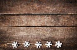 与白色雪花和大方的本体的圣诞节土气背景 免版税库存照片