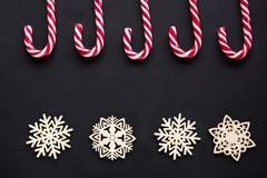与白色雪花的圣诞节糖果在黑背景 抽象空白背景圣诞节黑暗的装饰设计模式红色的星形 顶视图 库存图片