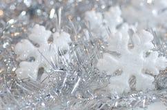 与白色雪花的圣诞节装饰 库存图片