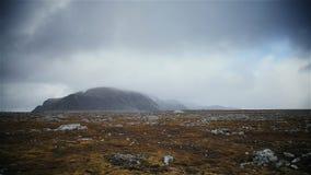 与白色雾的大美丽的山 库存照片