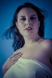 与白色面纱,有长的c的美丽的深色的妇女的希腊冥想 免版税库存图片