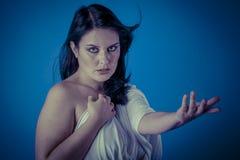 与白色面纱,有长的c的美丽的深色的妇女的希腊冥想 库存照片