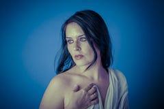 与白色面纱,有长的c的美丽的深色的妇女的希腊冥想 库存图片