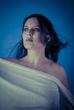 与白色面纱,有长的c的美丽的深色的妇女的希腊冥想 免版税库存照片