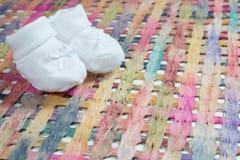 与白色鞋子的婴孩公告 免版税库存图片