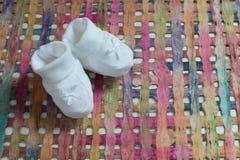 与白色鞋子的婴孩公告 免版税图库摄影