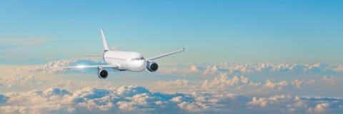 与白色飞机的客机cloudscape在晚上天空积云,全景视图飞行 库存照片