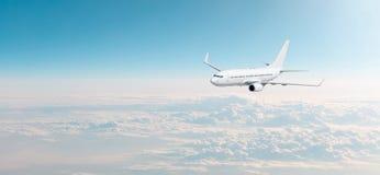 与白色飞机的客机cloudscape在晚上天空阴云密布,全景视图飞行 图库摄影
