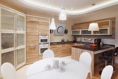 与白色餐桌和四把椅子的现代厨房内部 免版税图库摄影