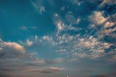 与白色高积云的Cloudscape晚上 图库摄影