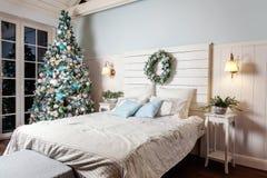 与白色,蓝色和银色装饰的圣诞树 免版税图库摄影