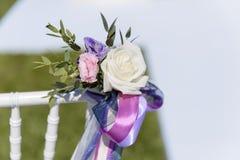 与白色,蓝色,桃红色玫瑰和丝带的花卉婚礼装饰 免版税图库摄影