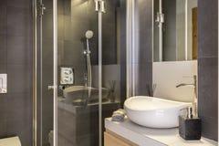 与白色,陶瓷水盆和阵雨客舱的卫生间内部 免版税库存图片