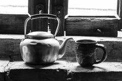 与白色,黑色,早晨的水壶 库存图片