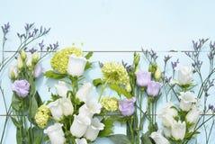 与白色,紫色,淡紫色和黄色花的葡萄酒水色青绿的背景与空的拷贝空间 免版税库存图片